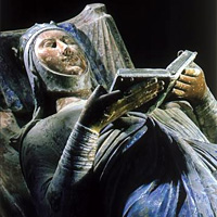 effigy of Eleanor of Aquitine on her tomb - she is shown reading the Bible